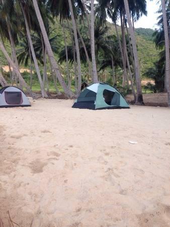Đến với Nam Du, bạn có thể thuê nhà dân để nghỉ hoặc nghỉ trong lều trên bãi cát trắng dưới những hàng dừa cao vút.