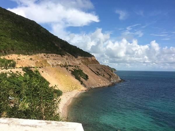 Con đường bê tông uốn lượn quanh đảo.