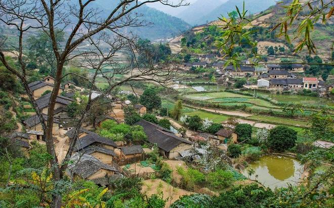 Dọc con đường quốc lộ ở Lạng Sơn, du khách dễ bắt gặp những nếp nhà mái ngói âm dương gợi lên nét bình dị vốn có của hàng chục năm trước.