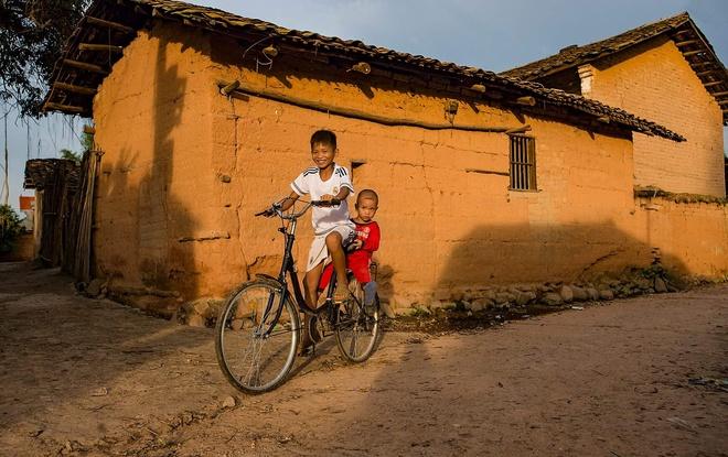 Đồng bào người Tày - Nùng ở vùng biên giới tỉnh Lạng Sơn đã tạo ra những ngôi nhà có tường làm bằng đất sét, đất nện trộn đều vào các khuôn gỗ, dùng chày vồ đập cho các loại đất dính chặt vào nhau, tường dày 50 – 70 cm rất chắc chắn. Công đoạn dựng một ngôi nhà mất nhiều thời gian và sức lực. Nhờ đó, nhà trình tường rất kiên cố, một số có tuổi thọ hàng trăm năm tuổi.