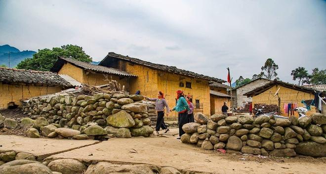 Theo phong thủy của người Tày - Nùng, nhà ở phải theo hướng Nam, có không gian thoáng đãng, gần gũi với thiên nhiên. Tại Bản Khiếng, cửa khẩu Chi Ma, huyện Lộc Bình, nhà trình tường được xây hai tầng, có hàng rào bằng đá bao quanh.