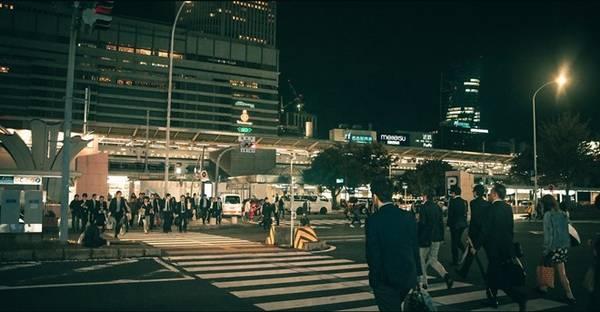 Vội vã, hình ảnh quen thuộc ở đường phố Nhật Bản giờ tan tầm. Ảnh chụp tại Nagoya.