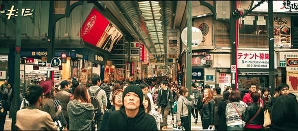 Shinsaibashi là một phố mua sắm hơn 400 tuổi tại Osaka, với các nhãn hiệu từ nổi tiếng đến bình dân, từ hiện đại đến cổ truyền.
