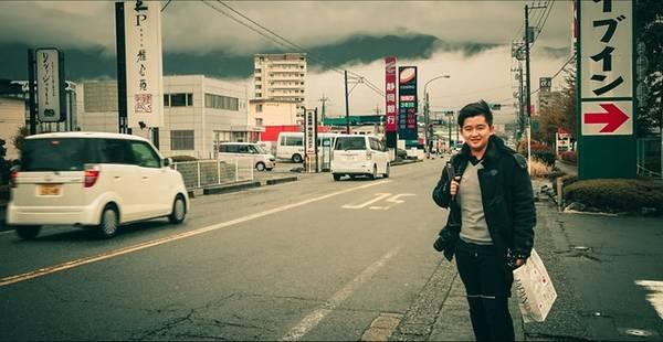 Ngay cả khi chỉ đứng ở ven đường để chụp ảnh, mây núi mờ ảo cũng làm bức ảnh của bạn trở nên đặc biệt hơn.