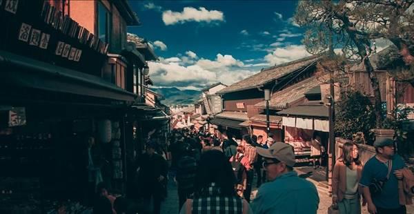 Dãy phố mua sắm bên ngoài chùa Thanh Thủy.