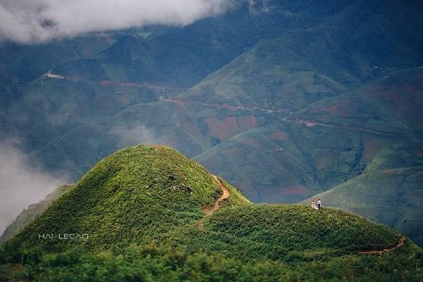Núi Tà Xùa là ranh giới tự nhiên giữa hai tỉnh Yên Bái và Sơn La gồm 3 đỉnh núi, trong đó đỉnh cao nhất cao 2.865 m. Tà Xùa sở hữu khung cảnh thiên nhiên hùng vĩ, hoang sơ phù hợp với những cặp đôi ưa thích du lịch khám phá.
