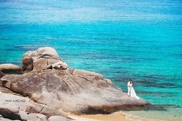 Màu nước biển của Cam Ranh dưới bầu trời xanh trong vắt lại càng trở nên xanh mượt mà đẹp hơn bao giờ hết. Vì thế, khi chụp ảnh cưới ở Cam Ranh, bất cứ nơi nào cũng lên hình đẹp đến ngây ngất.