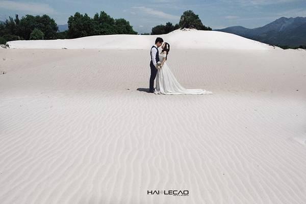 Cam Ranh cách trung tâm Nha Trang khoảng hơn 40 km, là vùng biển hoang sơ, với những bãi mênh mông, dõi nhìn phía xa là đường biển thơ mộng và rất vắng người, chắc chắn sẽ có nhiều bối cảnh đẹp và lạ để chụp ảnh cưới.