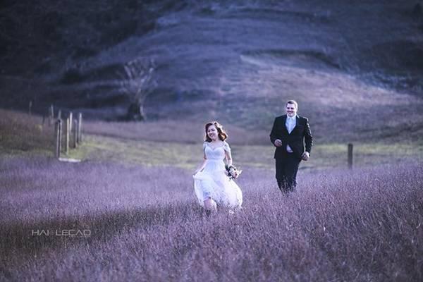 Nếu không kịp chụp ảnh mùa thu, bạn có thể đợi tới cuối mùa đông, vào khoảng tháng 1, có hoa mận nở trắng rừng Mộc Châu. Khung cảnh sương sớm se lạnh và hoa mận trắng muốt sẽ là khiến bộ ảnh của bạn vừa trong trẻo, vừa ấn tượng.
