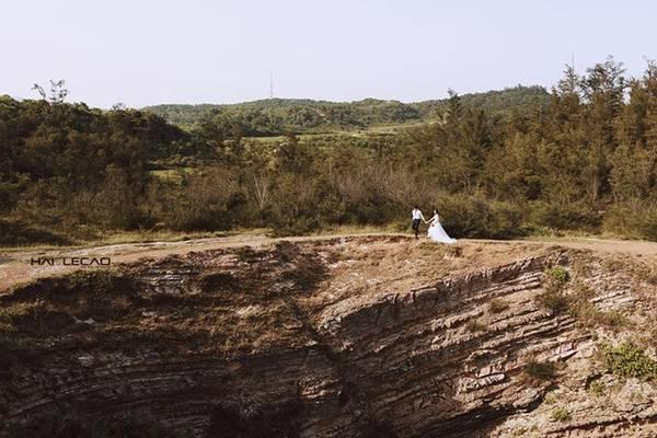 Đảo Cô Tô (Quảng Ninh) với biển xanh, cát trắng, nắng vàng từ lâu đã là địa điểm chụp ảnh cưới yêu thích của nhiều cặp uyên ương. Khung cảnh thiên nhiên hữu tình bao la, vắng vẻ sẽ giúp cô dâu chú rể tự do tạo dáng, thể hiện cảm xúc, tạo nên bộ ảnh cưới thật đẹp và đong đầy hạnh phúc.