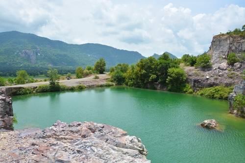 Hồ Tà Pạ, An Giang: Là dấu vết còn sót lại của quá trình khai thác đá trên đỉnh núi Tà Pạ của vùng Bảy Núi, hồ trở thành điểm đến được ưa thích của An Giang. Hồ được bao bọc bởi các vách đá sừng sững, từ trên nhìn xuống nước trong vắt đến tận đáy. Từ mé hồ, bạn có thể ngắm toàn cảnh thị trấn Tri Tôn, đắm mình trước vẻ đẹp của những ô ruộng lúa nhiều màu sắc chạy dọc theo chân núi Tô phía đối diện. Ảnh: Má Lúm.