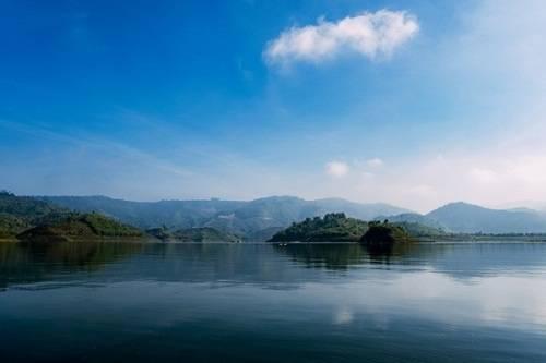 Hồ Tà Đùng, Đắk Nông: Hồ Tà Đùng vốn là một vùng thung lũng bên núi Tà Đùng, thuộc xã Đắk Som, huyện Đắk G'long. Giữa các dãy núi phủ đầy cây cối, một mặt nước xanh trong hiện lên với những cồn, đồi nhỏ. Ven hồ và ở các đảo nhỏ có những điểm cắm trại cho du khách ưa khám phá. Ảnh: Trung Võ.