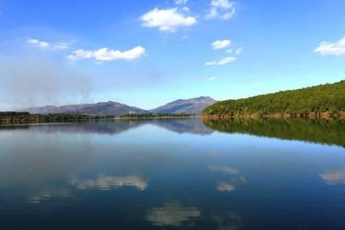 Hồ Tơ Nưng, Gia Lai: Nằm cách trung tâm thành phố Pleiku 6 km về hướng Bắc, Biển Hồ mang tên Tơ Nưng vốn là tên một làng có trên vùng đất Gia Lai - Kon Tum huyền thoại. Cảnh vật xung quanh hồ mê đắm du khách với làn nước trong xanh, xa xa là những đồi cà phê tít tắp. Ở Biển Hồ có điểm tham quan du lịch đón khách mỗi ngày và các dịch vụ đi thuyền, trải nghiệm trong lòng hồ. Ảnh: Má Lúm.