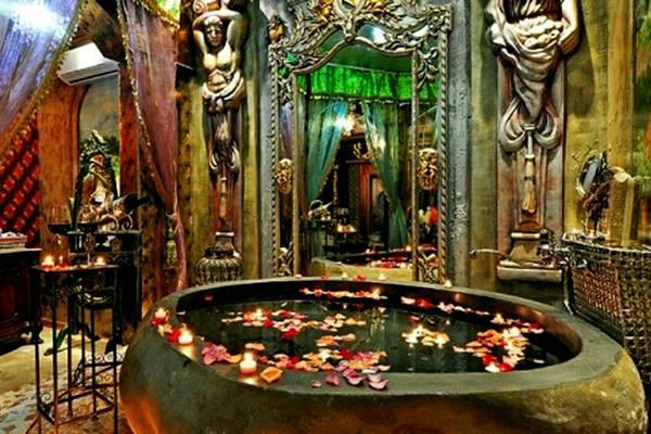 Bồn tắm cũng được thiết kế riêng, tạo cho du khách cảm giác đang trở lại cung điện thời cổ.
