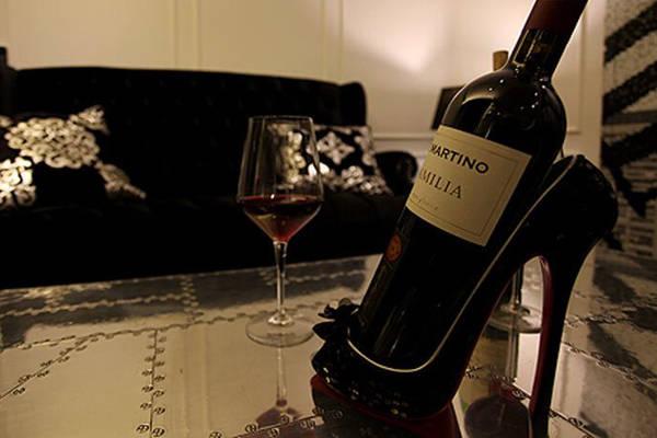 Thậm chí giá để rượu vang cũng có hình chiếc giày.