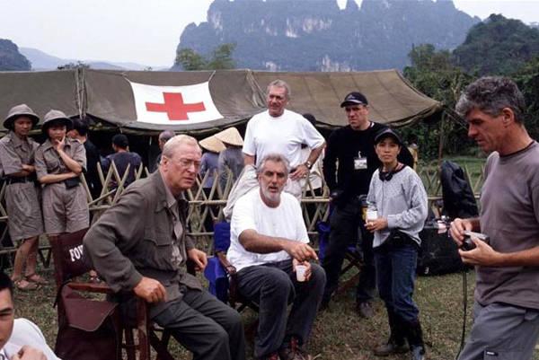 Đạo diễn Phillip Noyce (áo trắng, ngồi) chỉ đạo một cảnh quay ở Ninh Bình. Ảnh: Guardian