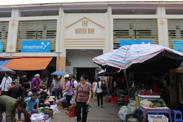 Chợ Nguyên Bình được tổ chức vào các ngày mùng 3, 8, 13, 18, 23 và 28 âm lịch hàng tháng. 5 ngày mới có một phiên nên bà con dân tộc tập trung đến chợ trao đổi hàng hóa rất đông.