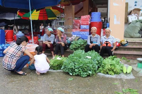 Chợ phiên không chỉ là nơi trao đổi buôn bán mà còn là địa điểm giao lưu, làm quen, gặp gỡ. Các loại rau đặc sản như rau sắng, rau bò khai, rau cải được bán tại chợ thành từng khu.