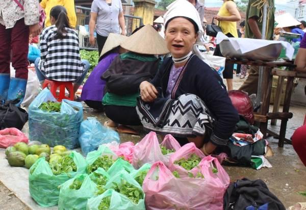 Tại chợ Nguyên Bình, du khách bắt gặp hình ảnh bà con các dân tộc Tày, Nùng, Dao... trong trang phục truyền thống.