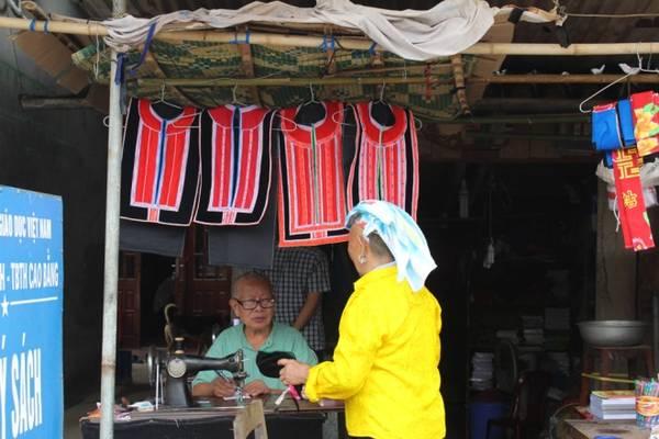 Tự may trang phục truyền thống nhưng bà con vẫn đến các hiệu may tay để đặt sửa đồ.