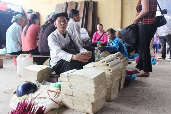 Giấy bản được làm thủ công phục vụ trong các nghi lễ truyền thống như ma chay, cưới hỏi cho người dân trong vùng.