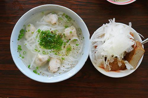 Tô bánh canh thơm ngon hấp dẫn nhiều thực khách khi đến Nha Trang. Ảnh: Phong Vinh.