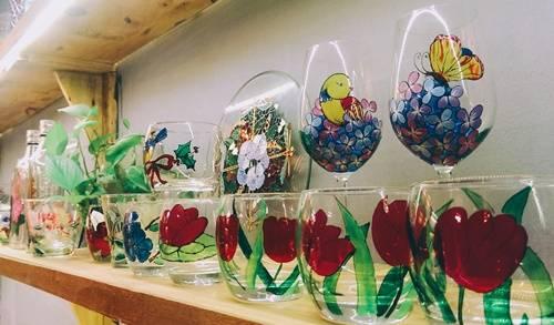 Những sản phẩm thủy tinh đầy tính nghệ thuật vừa là vật dụng trang trí, vừa là đồ được bày bán tại quán. Ảnh: Phiêu Linh