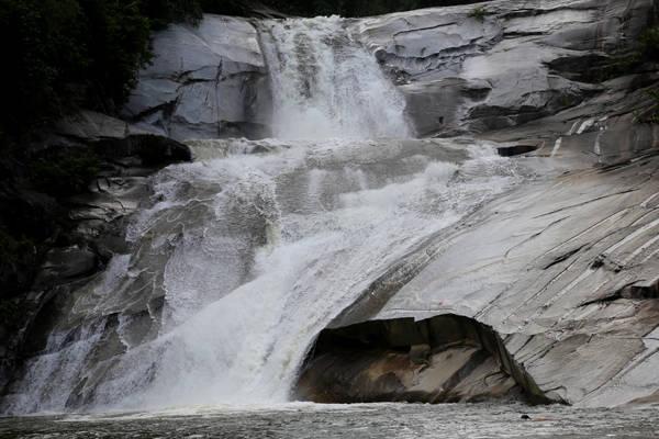 Những tầng thác bên dưới.