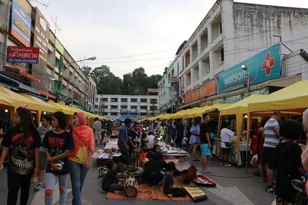 Gần giống như chợ đêm Bến Thành ở Sài Gòn, chợ phiên cuối tuần ở Krabi được mở bên hông chợ trung tâm Krabi. Khoảng 17 giờ, hàng quán được dọn ra đường dần dần, không khí càng về đêm lại càng náo nhiệt. Ở đây còn có các em nhỏ chơi nhạc cụ dân tộc Thái Lan nghe rất vui tai.