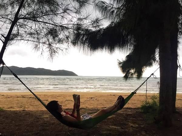 Những chiếc võng được mắc trên bãi biển cho du khách sử dụng miễn phí.