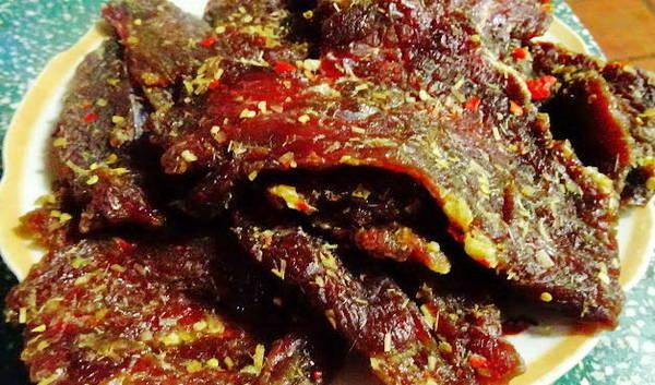 Thịt bò một nắng lúc chưa nướng có màu nâu đỏ trông bắt mắt - Ảnh: QUÁCH DUY THỊNH