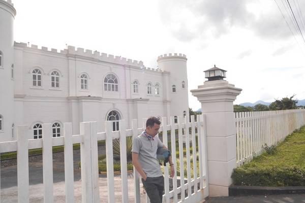 Dọc đường lên Damb'ri, bạn có thể ghé chiêm ngưỡng ngôi lâu đài trắng tuyệt đẹp nằm 2 bên đường