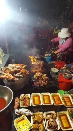 Rời đảo, buổi tối chúng tôi thuê xe máy vào Cổ Thạch. Khác với vẻ bình yên của huyện Tuy Phong, làng du lịch Cổ Thạch về đêm rất nhộn nhịp và sôi động với những hàng quán san sát nhau, những món hải sản nức lòng du khách phương xa.