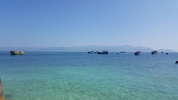 45 phút lênh đênh trên biển, đáp lại cho chúng tôi là một màu xanh trong vắt như pha lê, ngỡ như lạc bước đến thiên đường.