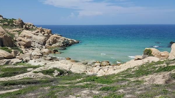 Trên đường khám phá là vô số những eo biển đẹp và trong vắt. Quả thật thiên nhiên đã ban tặng Cù Lao Câu một vẻ đẹp yên bình.