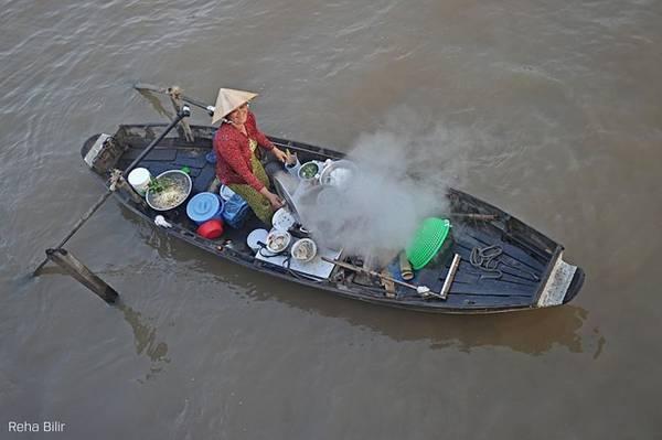 Việt Nam là một trong những nước sông Mekong chảy qua. Dường như nhiếp ảnh gia nào cũng hào hứng khi đến vùng đồng bằng sông Cửu Long, khám phá những con người bản địa thân thiện, các hoạt động buôn bán trên sông. Ảnh của tác giả Reha Billr.