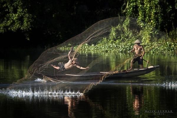 Vẻ đẹp của Việt Nam hiện lên trong từng khoảnh khắc mà các nhiếp ảnh gia nắm bắt được. Ví dụ thường thấy nhất chính là hình ảnh quăng lưới đánh bắt cá trên sông hồ. Ảnh trên do nhiếp ảnh gia Burak Senbak chụp.