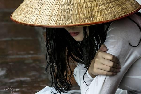 Chuyến đi 16 ngày kết thúc có phần tiếc nuối vì các nhiếp ảnh gia vẫn mong muốn có thêm nhiều thời gian hơn để chụp ảnh về Việt Nam. Một góc nhìn khác về thiếu nữ Việt trong tà áo dài trắng và nón lá của nhiếp ảnh gia Erol Doganer.