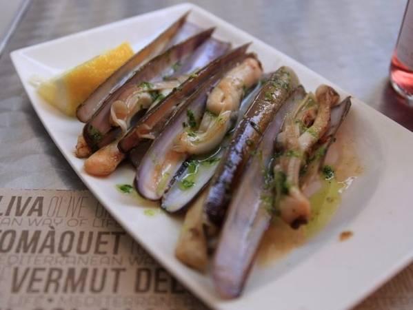 Ốc móng tay là một loại hải sản của vùng Galicia, tây bắc Tây Ban Nha. Ốc dài và giòn thường được chế biến với dầu và rau thơm. Ảnh: Insider.