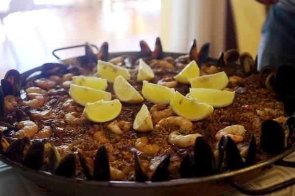 Cơm chiên Paella là một món ăn nổi tiếng và có mặt khắp nơi ở Tây Ban Nha. Paella có ba loại là Valencia, hải sản và thập cẩm. Cơm được nấu trong một chiếc chảo lớn, gồm cơm, các loại hải sản và rau, tùy cách phối hợp của từng vùng nhưng nhất thiết có gạo bomba, nhụy hoa nghệ tây, ớt bột, dầu olive. Ảnh: Hương Chi.