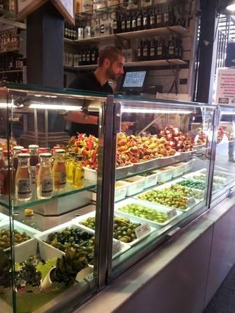 Ngoài thịt lợn muối, cà chua thì Tây Ban Nha còn nổi tiếng với nguồn olive tươi ngon. Olive là món có thể thấy ở hầu hết nhà hàng ở Tây Ban Nha. Cách chế biến olive cũng rất đa dạng như nhúng dầu, nhồi với ớt hoặc bơ, hay rắc thêm lá hương thảo... Ảnh: Hương Chi.