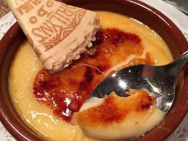 Kem Catalan là món tráng miệng phổ biến và cũng đặc trưng cho kem của xứ Catalan. Ảnh: Insider.