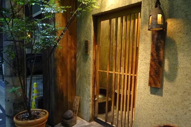 1. Để giày ở cửa ra vào: Đây là phép lịch sự tối thiểu, không chỉ ở Nhật Bản mà còn ở nhiều nơi trên thế giới. Ngay khi vừa vào nhà một người Nhật, hãy thể hiện sự tinh tế của mình bằng cách cởi giày, đặt chúng lên kệ ở lối ra vào. Ngoài ra, mũi giày cũng phải được xếp hướng về phía cửa. Người Nhật luôn có dép riêng dùng để đi trong nhà, tương tự là khu vực phòng tắm, nhà vệ sinh. Đừng nhầm lẫn giữa 2 loại dép này!