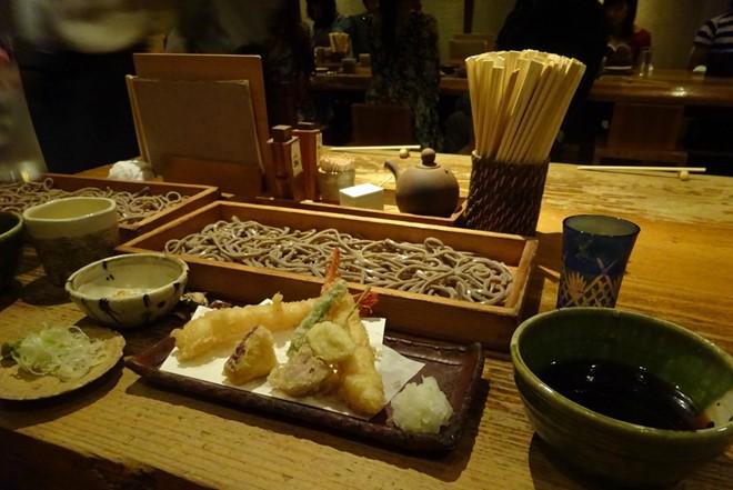 """2. Lưu ý trước khi ăn: Câu mời trên bàn ăn của người Nhật là """"Itadakimasu"""". Thỉnh thoảng, một chén cơm hoặc mì udon nhỏ sẽ được mang ra kèm với thức ăn mà bạn yêu cầu. Hãy bưng chén bát khi ăn cơm, đừng cúi người xuống bàn. Nếu thấy người phục vụ đặt lên bàn chiếc khăn nóng (Oshibori), hãy nhớ loại khăn này chỉ dùng để lau tay, tuyệt đối không lau mặt."""