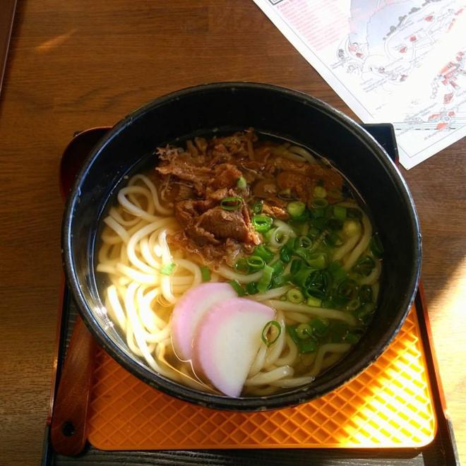 7. Húp nước mì: Húp sì sụp khi ăn thường được xem là thô lỗ, nhưng ở Nhật Bản thì không. Việc ăn các loại mì như soba, udon, ramen… và húp nước thành tiếng được xem là một cách khách hàng tán thưởng đầu bếp, chứng tỏ bạn rất thích món ăn của họ.
