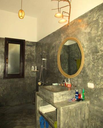 Phòng vệ sinh với tường quét xi măng là đặc trưng homestay ở An Bàng