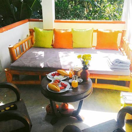 Khoảng không rộng rãi được tận dụng để bộ bàn ghế ngồi uống nước và ghế nghỉ rất tiện dụng