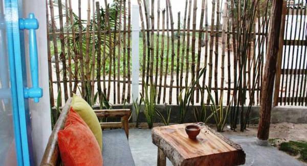 Thay vì những chiếc bàn gỗ thông thường, bàn uống nước ở homestay này lại là những miếng gỗ mộc với tấm to rất ấn tượng