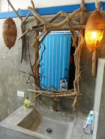 Chỉ một tấm gương rất bình thường nhưng sau khi được trang trí bởi những cây gỗ củi nhỏ, lại trở nên độc, lạ và đẹp mắt