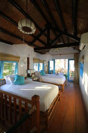 Căn phòng ngủ với chăn ga trắng tinh tươm, cửa sổ to thoáng mở rộng gắn kết với thiên nhiên. Phòng view biển với cửa to rộng, thoáng mát và rất đẹp.